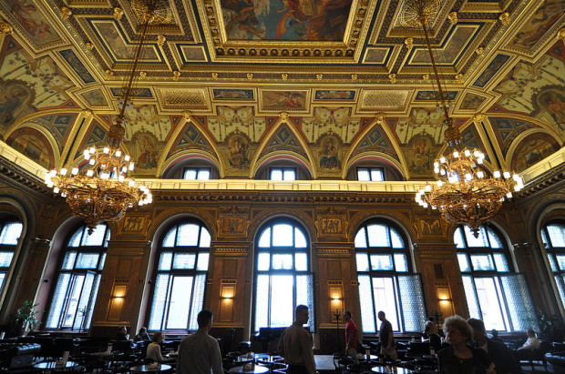 entrance-chandeliers-alexandra-bookcafe-budapest-hungary
