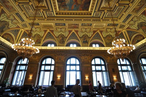 entrance-chandeliers-alexandra-bookcafe-budapest-hungary